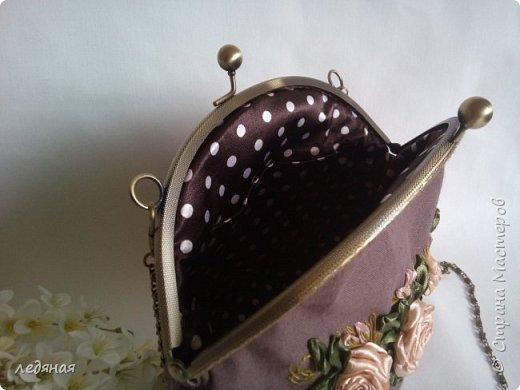 Льняная сумочка на круглом фермуаре. Вышивка атласными лентами. Размер фермуара 20 см, Ручка цепочка 120 см. фото 2