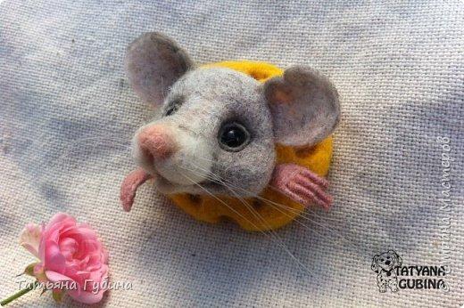 Любите ли Вы сыр, как любит его мышонок СЫРоежка :) ? Он его проооосто обожает. Поэтому готов в нем жить, а из большой вкусной сырной дырки выглядывать, как в окошко. Ку-ку :)  Брошь размером 5 х 5 см фото 3