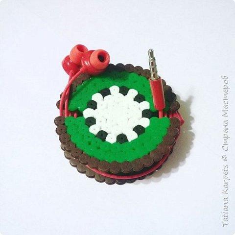 Что такое термомозаика? Для чего она нужна? Что из неё можно сделать? Как с ней работать?  Термомозаика - это маленькие пластмассовые трубочки разных цветов, которые насаживаются на пластиковую основу со штырьками. Основы бывают различной формы: сердечки, машинки, звери, просто круг и квадрат и т.д.  Работать с термомозаикой очень просто и увлекательно: 1. Выкладываем из бисера картинку на основу; 2. Кладём на картинку кальку; 3. Проглаживаем картинку утюгом; 4. Снимаем бумагу с картинки, а саму картинку с основы. Готово!  Работать с мозаикой рекомендуется детям с 5-ти лет, так как она состоит из мелких деталей. Манипуляции с утюгом проводить ТОЛЬКО взрослым.  Из термомозаики можно делать магниты, брелки, украшения, рамки для фото и многое другое.  Термомозаика - это не только очень увлекательное, но и полезное занятие. Выкладывание картинки из мозаики развивает воображение, образное мышление и фантазию ребёнка; вырабатывает усидчивость и умение концентрироваться; развивает мелкую моторику рук. фото 7