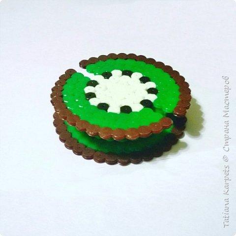 Что такое термомозаика? Для чего она нужна? Что из неё можно сделать? Как с ней работать?  Термомозаика - это маленькие пластмассовые трубочки разных цветов, которые насаживаются на пластиковую основу со штырьками. Основы бывают различной формы: сердечки, машинки, звери, просто круг и квадрат и т.д.  Работать с термомозаикой очень просто и увлекательно: 1. Выкладываем из бисера картинку на основу; 2. Кладём на картинку кальку; 3. Проглаживаем картинку утюгом; 4. Снимаем бумагу с картинки, а саму картинку с основы. Готово!  Работать с мозаикой рекомендуется детям с 5-ти лет, так как она состоит из мелких деталей. Манипуляции с утюгом проводить ТОЛЬКО взрослым.  Из термомозаики можно делать магниты, брелки, украшения, рамки для фото и многое другое.  Термомозаика - это не только очень увлекательное, но и полезное занятие. Выкладывание картинки из мозаики развивает воображение, образное мышление и фантазию ребёнка; вырабатывает усидчивость и умение концентрироваться; развивает мелкую моторику рук. фото 6