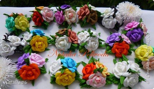 Пять тонированных роз на ленте для косы и две белых на зажиме... фото 13