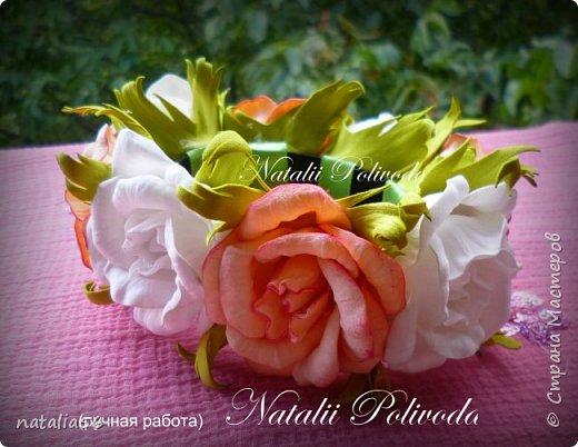 Пять тонированных роз на ленте для косы и две белых на зажиме... фото 7