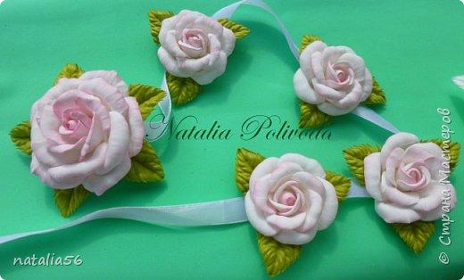 Пять тонированных роз на ленте для косы и две белых на зажиме... фото 2