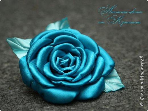 Когда я начинала работать с лентами, первое, что я искала, был мастер-класс по изготовлению розы своими руками. Но, признаюсь вам честно, я так и не нашла урока по розе, которая делалась бы из ленты и была бы максимально похожа на настоящую живую розу. Со временем я нашла для себя оптимальный способ. Меня часто просили сделать мастер-класс именно по этой розе. Кажется, время пришло ) фото 14