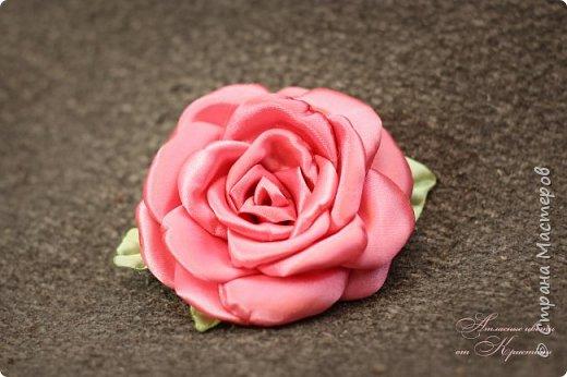Когда я начинала работать с лентами, первое, что я искала, был мастер-класс по изготовлению розы своими руками. Но, признаюсь вам честно, я так и не нашла урока по розе, которая делалась бы из ленты и была бы максимально похожа на настоящую живую розу. Со временем я нашла для себя оптимальный способ. Меня часто просили сделать мастер-класс именно по этой розе. Кажется, время пришло ) фото 12