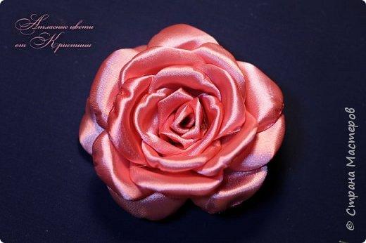 Когда я начинала работать с лентами, первое, что я искала, был мастер-класс по изготовлению розы своими руками. Но, признаюсь вам честно, я так и не нашла урока по розе, которая делалась бы из ленты и была бы максимально похожа на настоящую живую розу. Со временем я нашла для себя оптимальный способ. Меня часто просили сделать мастер-класс именно по этой розе. Кажется, время пришло ) фото 11