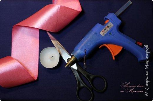 Когда я начинала работать с лентами, первое, что я искала, был мастер-класс по изготовлению розы своими руками. Но, признаюсь вам честно, я так и не нашла урока по розе, которая делалась бы из ленты и была бы максимально похожа на настоящую живую розу. Со временем я нашла для себя оптимальный способ. Меня часто просили сделать мастер-класс именно по этой розе. Кажется, время пришло ) фото 2