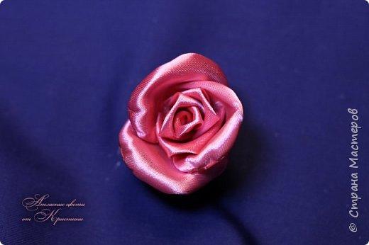Когда я начинала работать с лентами, первое, что я искала, был мастер-класс по изготовлению розы своими руками. Но, признаюсь вам честно, я так и не нашла урока по розе, которая делалась бы из ленты и была бы максимально похожа на настоящую живую розу. Со временем я нашла для себя оптимальный способ. Меня часто просили сделать мастер-класс именно по этой розе. Кажется, время пришло ) фото 7