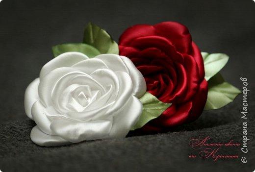 Когда я начинала работать с лентами, первое, что я искала, был мастер-класс по изготовлению розы своими руками. Но, признаюсь вам честно, я так и не нашла урока по розе, которая делалась бы из ленты и была бы максимально похожа на настоящую живую розу. Со временем я нашла для себя оптимальный способ. Меня часто просили сделать мастер-класс именно по этой розе. Кажется, время пришло ) фото 1