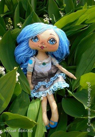 Здравствуй,Страна мастеров и ее жители!Сегодня хочу показать Вам свои работы.Кукол я шью относительно недавно, и во многом благодаря мастерам страны.Эту куколку зовут Василиса,именно  такое имя придумала ей ее мамочка,девочка Маша. фото 1