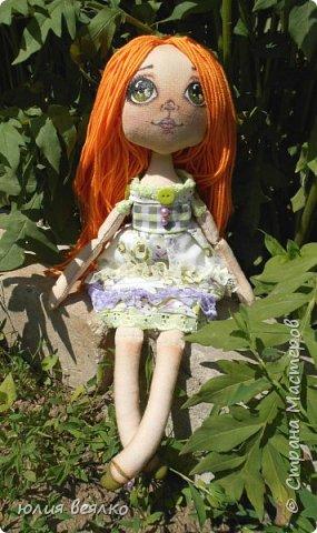 Здравствуй,Страна мастеров и ее жители!Сегодня хочу показать Вам свои работы.Кукол я шью относительно недавно, и во многом благодаря мастерам страны.Эту куколку зовут Василиса,именно  такое имя придумала ей ее мамочка,девочка Маша. фото 3