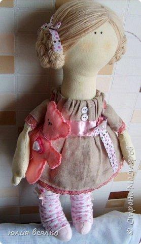Здравствуй,Страна мастеров и ее жители!Сегодня хочу показать Вам свои работы.Кукол я шью относительно недавно, и во многом благодаря мастерам страны.Эту куколку зовут Василиса,именно  такое имя придумала ей ее мамочка,девочка Маша. фото 7
