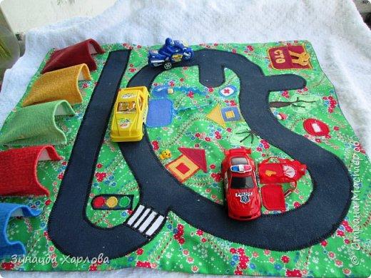 Идея взята с инета. Подруга попросила сшить для внука такой коврик для игры с мини-машинками.  Размер 40см на 50см. Так как малышу второй год, решила гаражи сделать  основных цветов.А далее... фото 3