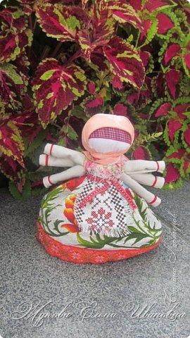 """У нас в области проходил фестиваль Славянские истоки. По приглашению организаторов фестиваля, Центра народного творчества, в нем участвовали я и моя дочь.  Я с народными куклами,дочь с вязаными крючком игрушками. Покажу вам своих """"деток"""", Сначала-куклы столбушки. Все они локтевого размера. Так просили организаторы, так они традиционно делались на Руси. В скрутке у некоторых обязательное березовое поленце. фото 19"""