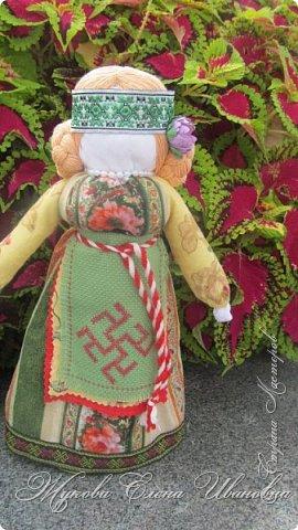 """У нас в области проходил фестиваль Славянские истоки. По приглашению организаторов фестиваля, Центра народного творчества, в нем участвовали я и моя дочь.  Я с народными куклами,дочь с вязаными крючком игрушками. Покажу вам своих """"деток"""", Сначала-куклы столбушки. Все они локтевого размера. Так просили организаторы, так они традиционно делались на Руси. В скрутке у некоторых обязательное березовое поленце. фото 10"""