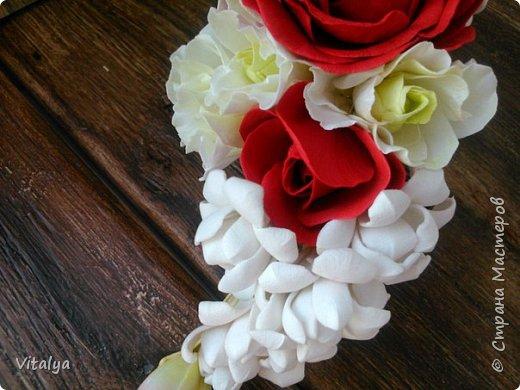 Сочный, воздушный гребешок с цветами розы, эустомы, веточкой туберозы и ягодками гиперикума. фото 3
