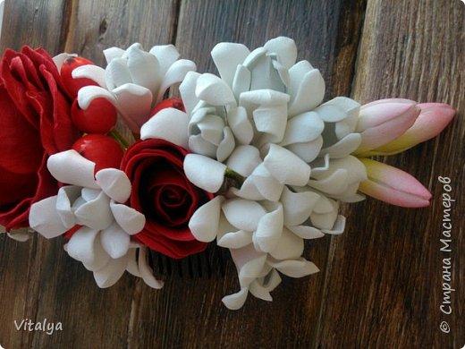 Сочный, воздушный гребешок с цветами розы, эустомы, веточкой туберозы и ягодками гиперикума. фото 4