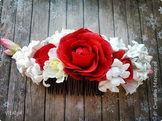 Сочный, воздушный гребешок с цветами розы, эустомы, веточкой туберозы и ягодками гиперикума. фото 1