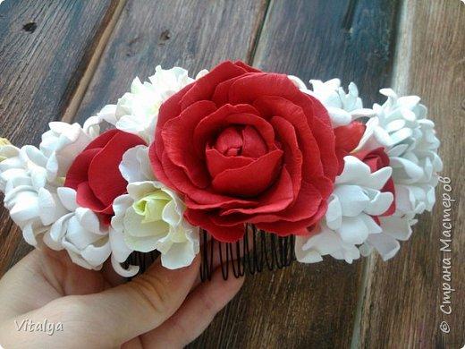 Сочный, воздушный гребешок с цветами розы, эустомы, веточкой туберозы и ягодками гиперикума. фото 2