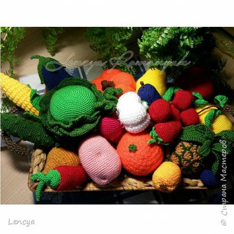 Доброго времени суток жители и гости СМ ! Сегодня я решила добавить цвета на свою страничку в блоге,уж слишком скучная и однотонная она . Вязалось несколько лет назад в детский сад ,по просьбе воспитателей для тематичесских игр с детьми.В корзине овощи и фрукты вязаные крючком и наполнены синтепоном. Всего было связано около 50 единиц .... фото 1