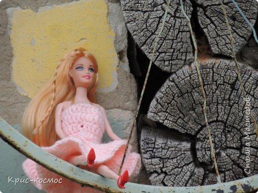 Привет, СМ! У меня появилась новая Барби и я связала ей новое платье. Приехала она ещё в субботу, просто обновок не было. И ещё у Арзу с Белью головы поменяла и Бель- шарнирка. Ей я сделала ООАК  и перепрошивку  волос. Барби я назвала Маринет.  фото 6