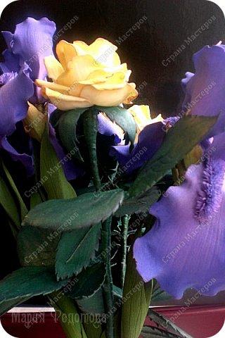 Добрый день,дорогие гости!Продолжаю осваивать так полюбившийся мной фоамиран. Сегодня у меня ирисы бородатые и розы на стебле.Цветы изготовлены для интерьерной композиции,чем буду еще дополнять букет - пока не знаю...размышляю.Вот он - мой красавчик!Такой хорошенький получился - аж пищу от удовольствия! Пока их три...хочу сделать еще несколько - другого цвета. Ирис бородатый изготовлен по МК чудесной мастерицы Марины Ченцовой. Фоамиран иранский.Тонировка масляной пастелью.... фото 8