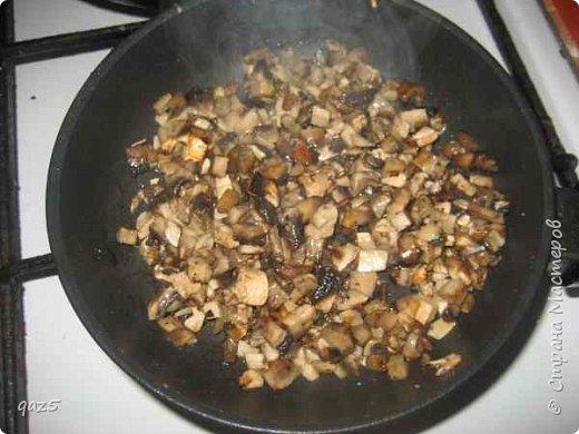Вкусный салат с куриным филе, жареными грибами, орехами и корейской морковью - удивите ваших гостей. фото 4