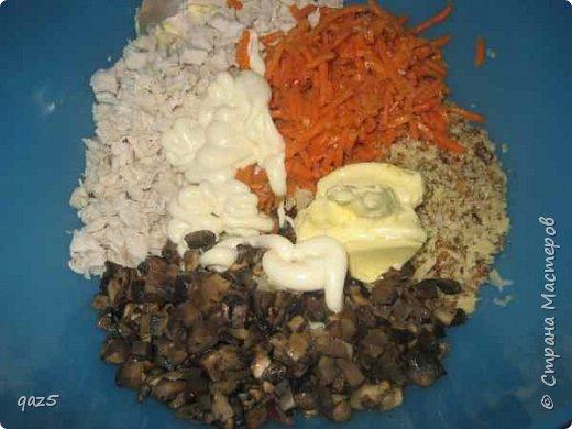 Вкусный салат с куриным филе, жареными грибами, орехами и корейской морковью - удивите ваших гостей. фото 7