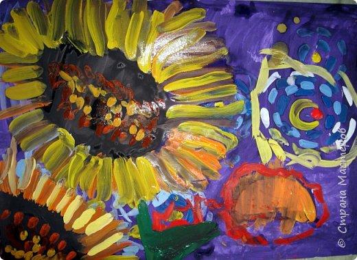 """В начале небольшая предыстория... Увидела в интернете картину с подсолнухами, нашла автора - Cinnamon Cooney , оказалась очень артистичная и своеобразная художница, пишет акрилом и маслом, можно найти её видео-уроки на английском языке, всё очень доступно показано. И решила нарисовать гуашью  """"солнышки"""" с необычным фоном. Планировала для 6-7 леток, но первоиспытателями стали 5-ти летки, фото в конце МК.  фото 24"""