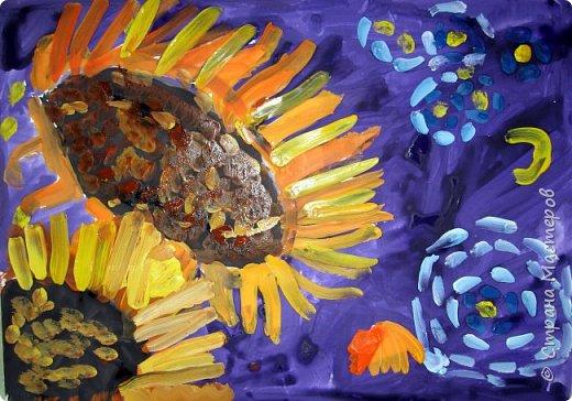 """В начале небольшая предыстория... Увидела в интернете картину с подсолнухами, нашла автора - Cinnamon Cooney , оказалась очень артистичная и своеобразная художница, пишет акрилом и маслом, можно найти её видео-уроки на английском языке, всё очень доступно показано. И решила нарисовать гуашью  """"солнышки"""" с необычным фоном. Планировала для 6-7 леток, но первоиспытателями стали 5-ти летки, фото в конце МК.  фото 20"""