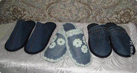 """Приветствую всех заглянувших на """"огонёк""""! Представляю вашему вниманию джинсовые тапочки для гостей. Гости у нас бывают часто и тапки нужны разных размеров, т.к. мы с мужем носим 36-ой и 41-й, то не всех гостей можно в них обуть. Джинсов, которые вышли из носки, накопилось предостаточно, вот они и пригодились для такого случая. фото 1"""