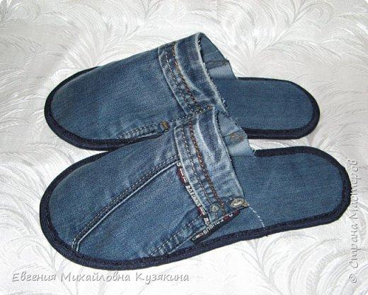 """Приветствую всех заглянувших на """"огонёк""""! Представляю вашему вниманию джинсовые тапочки для гостей. Гости у нас бывают часто и тапки нужны разных размеров, т.к. мы с мужем носим 36-ой и 41-й, то не всех гостей можно в них обуть. Джинсов, которые вышли из носки, накопилось предостаточно, вот они и пригодились для такого случая. фото 5"""