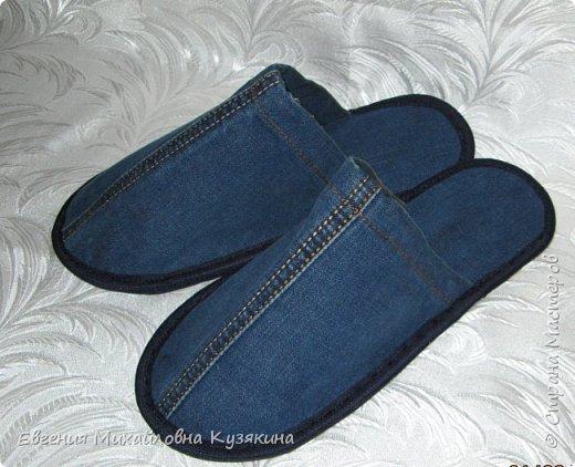 """Приветствую всех заглянувших на """"огонёк""""! Представляю вашему вниманию джинсовые тапочки для гостей. Гости у нас бывают часто и тапки нужны разных размеров, т.к. мы с мужем носим 36-ой и 41-й, то не всех гостей можно в них обуть. Джинсов, которые вышли из носки, накопилось предостаточно, вот они и пригодились для такого случая. фото 4"""