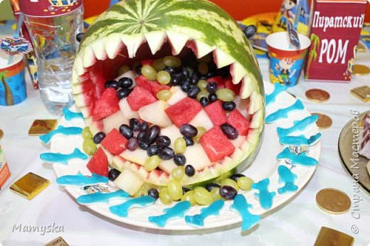 На пиратскую вечеринку сынули сделала такую акулью голову из арбуза.Очень боялась, что не получится))) А оказалось не так уж и сложно. Глаза на зубочистке -виноград, плавник из арбуза тоже не зубочистках. В пасти акулы - арбуз, дыня и виноград фото 2
