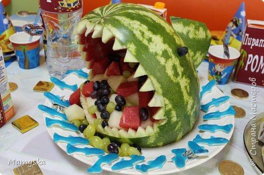 На пиратскую вечеринку сынули сделала такую акулью голову из арбуза.Очень боялась, что не получится))) А оказалось не так уж и сложно. Глаза на зубочистке -виноград, плавник из арбуза тоже не зубочистках. В пасти акулы - арбуз, дыня и виноград фото 1