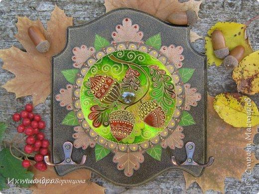 Щедра на подарки красавица-осень! Золотая листва, округлые глянцевые жёлуди, ароматные грибы и сладкие ягоды — всё это радует глаз и волнует душу. Как приятно после осенней прогулки принести домой горсть спелых желудей, украсить ими интерьер или смастерить с ребёнком какую-нибудь забавную поделку! Но сегодня мы будет жёлуди... рисовать! Витражными красками! :)  Предлагаю вашему вниманию мастер-класс по созданию оригинальной ключницы под «чеканку» с необычным украшением: фантазийными узорными желудями! фото 31