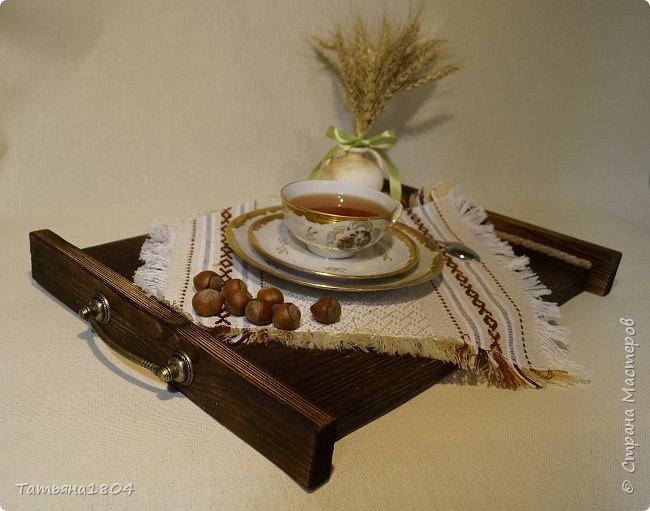 Сделала два подноса деревянных из сосновых досок. Обжиг, брашировка, декор шпагатом. Размеры 32х40 см и 32х44 см. фото 2