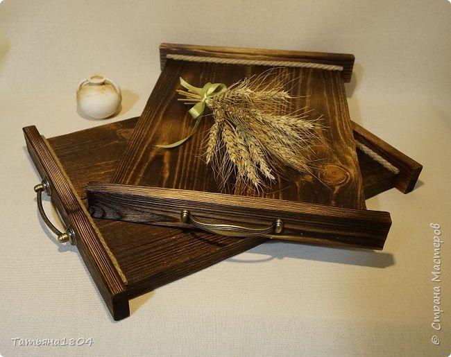 Сделала два подноса деревянных из сосновых досок. Обжиг, брашировка, декор шпагатом. Размеры 32х40 см и 32х44 см. фото 4
