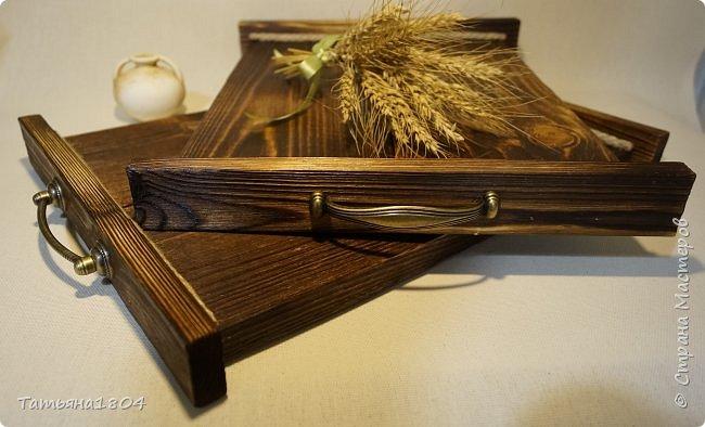 Сделала два подноса деревянных из сосновых досок. Обжиг, брашировка, декор шпагатом. Размеры 32х40 см и 32х44 см. фото 5