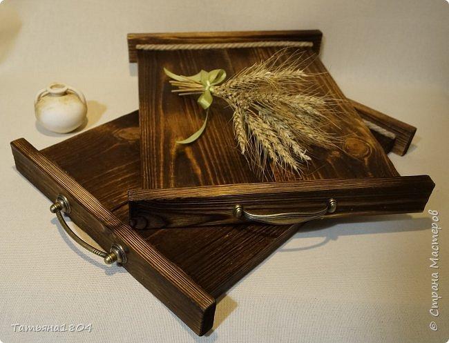 Сделала два подноса деревянных из сосновых досок. Обжиг, брашировка, декор шпагатом. Размеры 32х40 см и 32х44 см. фото 6