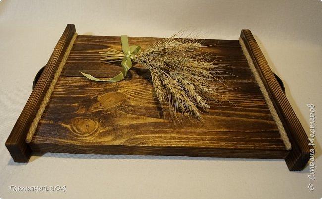 Сделала два подноса деревянных из сосновых досок. Обжиг, брашировка, декор шпагатом. Размеры 32х40 см и 32х44 см. фото 7
