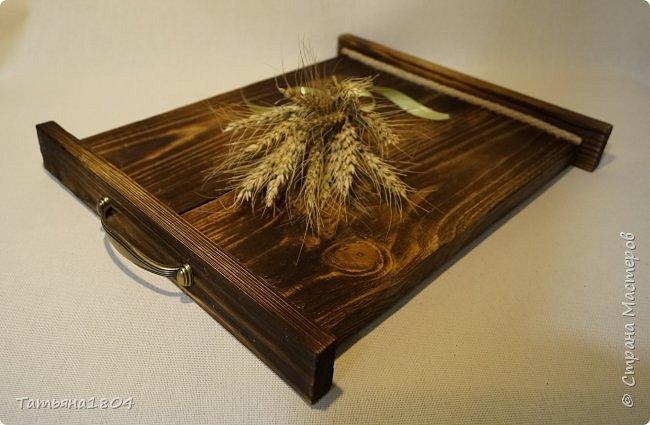 Сделала два подноса деревянных из сосновых досок. Обжиг, брашировка, декор шпагатом. Размеры 32х40 см и 32х44 см. фото 8