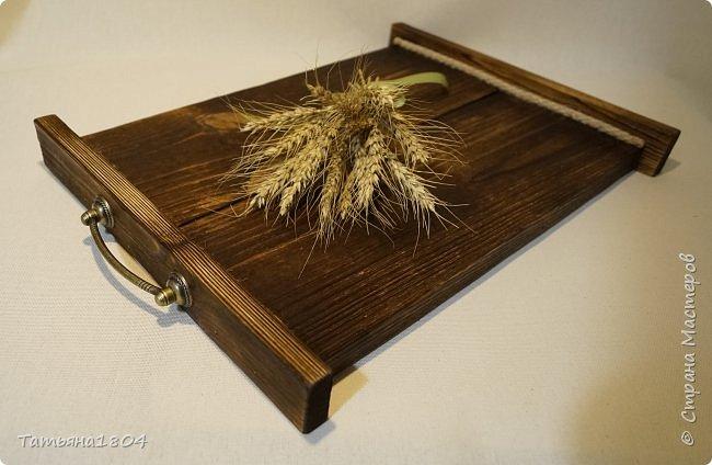 Сделала два подноса деревянных из сосновых досок. Обжиг, брашировка, декор шпагатом. Размеры 32х40 см и 32х44 см. фото 9