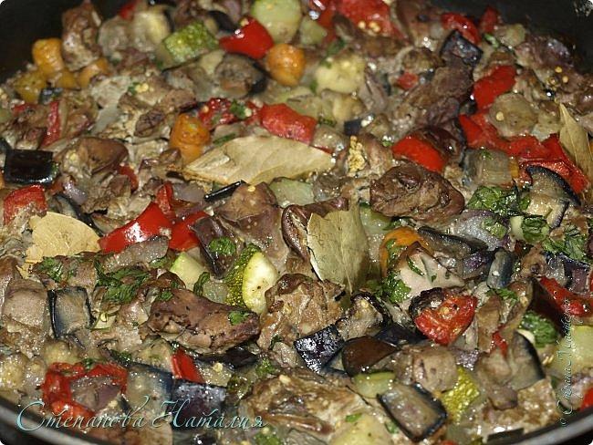 Добрый вечерок! Продолжаю тему здоровой еды. Сегодня целых два рецепта. Мне нравится так питаться, даже вдохновляет! Итак, первый рецепт рагу с печенкой. Я всегда беру печенку птичью, люблю её намного больше. На первом месте индейка, на втором утка, на третьем курица. Овощи я взяла : лук, морковь, баклажан, кабачок, болгарский перец. Все порезала одинаково, сложила в миску, посолила и поперчила, сбрызнула маслом, перемешала и выложила в сковородку, закрыла фольгой и отправила в духовку на полчаса.Тем временем моем и обрабатываем печенку. Режем её, солим и перчим. Далее можно смазать её медом или наршарабом, а можно этого и не делать. Спустя полчаса достаем овощи, выбрасываем фольгу и раскладываем симметрично печенку, отправляем в духовку уже без крышки ещё минут на 20. Я ещё лаврушечки положила. фото 1