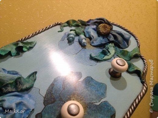 Моя новая работа в технике декупаж плюс декор объемными цветами. Это вешалка для полотенец, по заказу мамы, ей вдруг понадобилась вешалка для полотенец, всю жизнь без нее жили, а тут все край полотенца на кухне вешать некуда)))))))))))) Ну что же запрос услышан, получайте вешалку! фото 6