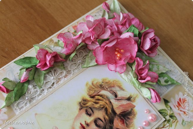 Здравствуйте все! И мои знакомые, и друзья, и не знакомые, с которыми буду рада познакомиться и подружиться. Сегодня я с открыткой для замечательной женщины солидного возраста.  Когда я решила сюрпризом поздравить Альбину Николаевну с Днем рождения, я задумывала осеннюю открытку. И возраст солидный осенний и родилась осенью. Но меня же всегда клинит на одной бумаге надолго. Уже бумагу в руки взяла и тут подумала: и что третья подряд в одном и том же духе?. Стала искать из чего делать и попалась мне эта моя любимая дамочка. Ну и что что осень?! А в душе весна и молодость! Именно такая она и есть наша Альбина Николаевна. И сотворилассь у меня вот такая нежная милота. фото 6