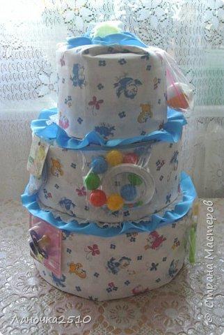 Традиционный подарок новорожденному - это памперсный тортик.... В моей практике он уже третий...2-для девчат, 1- для мальчика... посмотрим..покрутим со всех сторон... комментариев будет мало...т.к подробно описывала всё в прошлый раз... фото 3