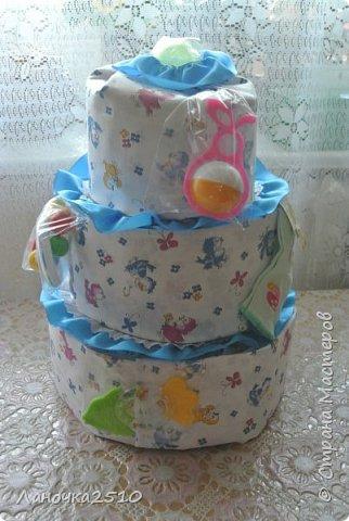 Традиционный подарок новорожденному - это памперсный тортик.... В моей практике он уже третий...2-для девчат, 1- для мальчика... посмотрим..покрутим со всех сторон... комментариев будет мало...т.к подробно описывала всё в прошлый раз... фото 4