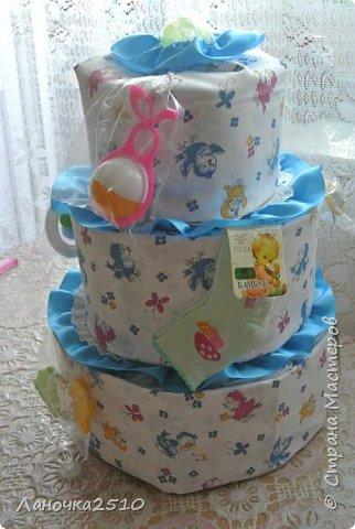 Традиционный подарок новорожденному - это памперсный тортик.... В моей практике он уже третий...2-для девчат, 1- для мальчика... посмотрим..покрутим со всех сторон... комментариев будет мало...т.к подробно описывала всё в прошлый раз... фото 5