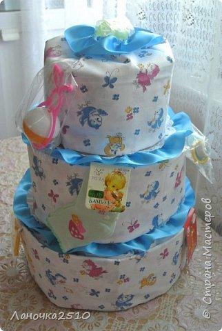 Традиционный подарок новорожденному - это памперсный тортик.... В моей практике он уже третий...2-для девчат, 1- для мальчика... посмотрим..покрутим со всех сторон... комментариев будет мало...т.к подробно описывала всё в прошлый раз... фото 6